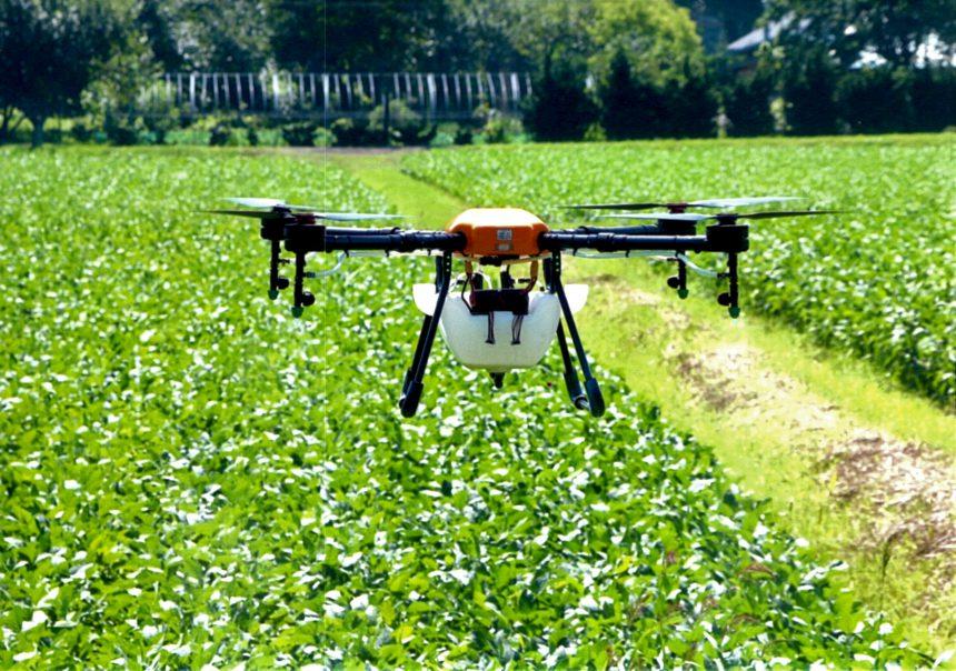 農薬散布ドローンの実際の飛行画像